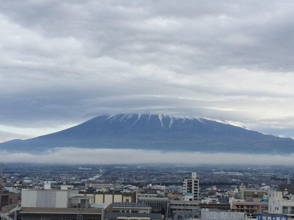 富士山、頭隠す